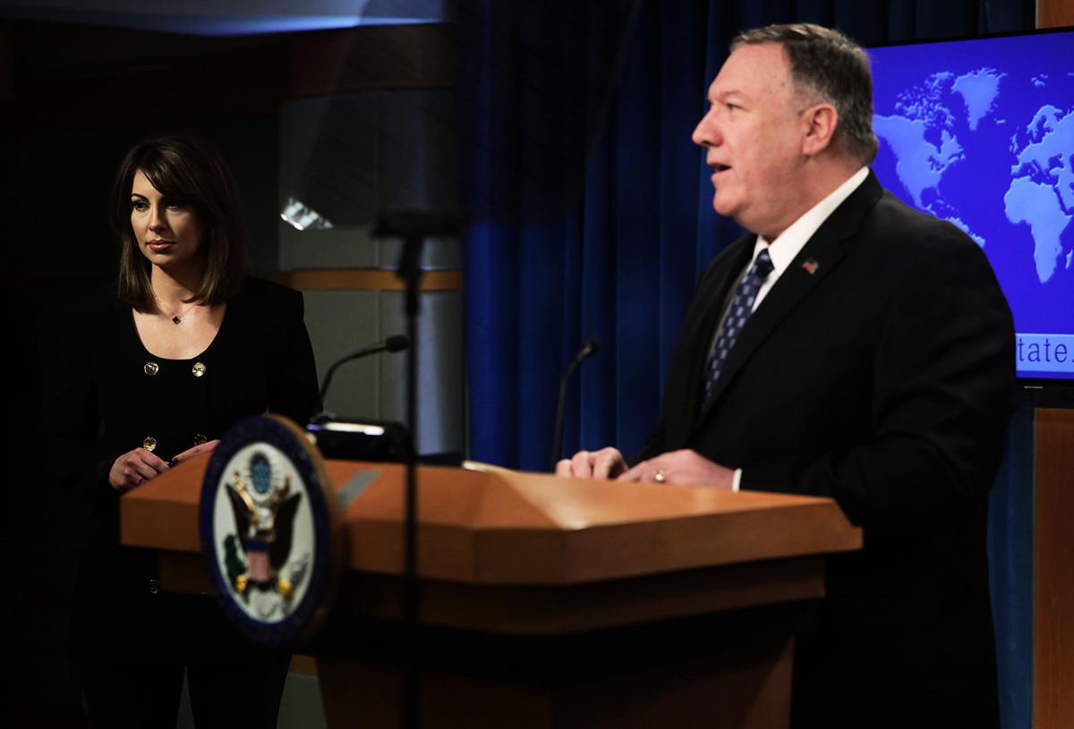 圖為美國國務卿麥克·蓬佩奧(Mike Pompeo,右)和國務院發言人摩根·奧塔格斯(Morgan Ortagus,左)出席簡報會。 (Alex Wong/Getty Images)
