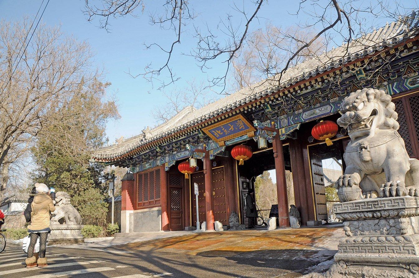 九十年代末,中國大陸具有博士、碩士學位的人並不多,而其中有相當數量具有高學位的人修煉法輪功,他們中也包括來自中國最高學府清華和北大的人才。圖為北京大學西門。(大紀元資料室)