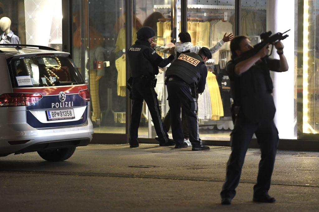 11月2日晚,奧地利維也納市中心多處傳出槍聲,目前已經造成至少4人喪生,一名槍手被擊斃。當局說,這是一起伊斯蘭恐怖襲擊事件。(ROLAND SCHLAGER/APA/AFP via Getty Images)