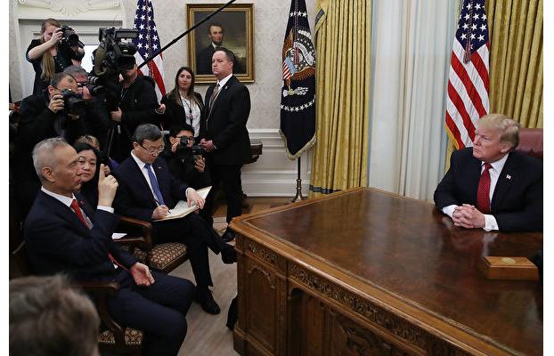 1月31日,特朗普接見劉鶴等中方貿易代表及美方貿易代表。(Photo by Mark Wilson/Getty Images)