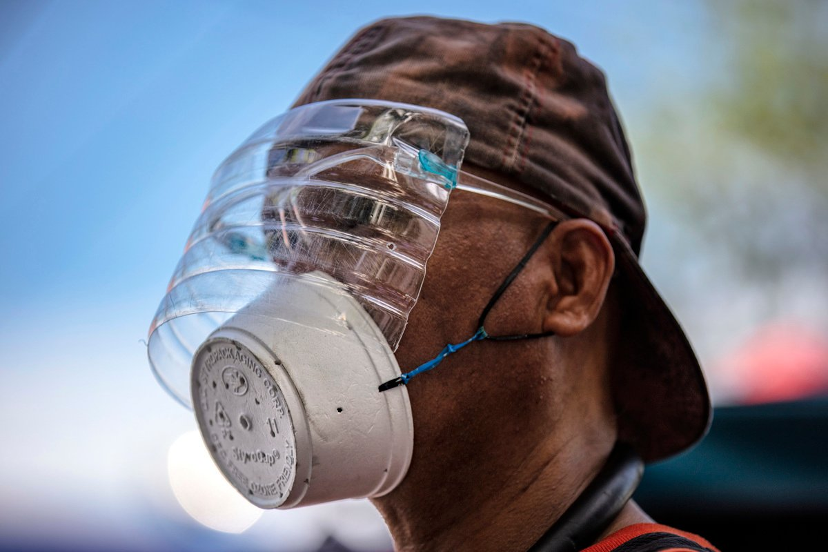 2020年8月3日,菲律賓馬尼拉,一名男子戴著自製的塑料面罩和口罩。(Ezra Acayan/Getty Images)
