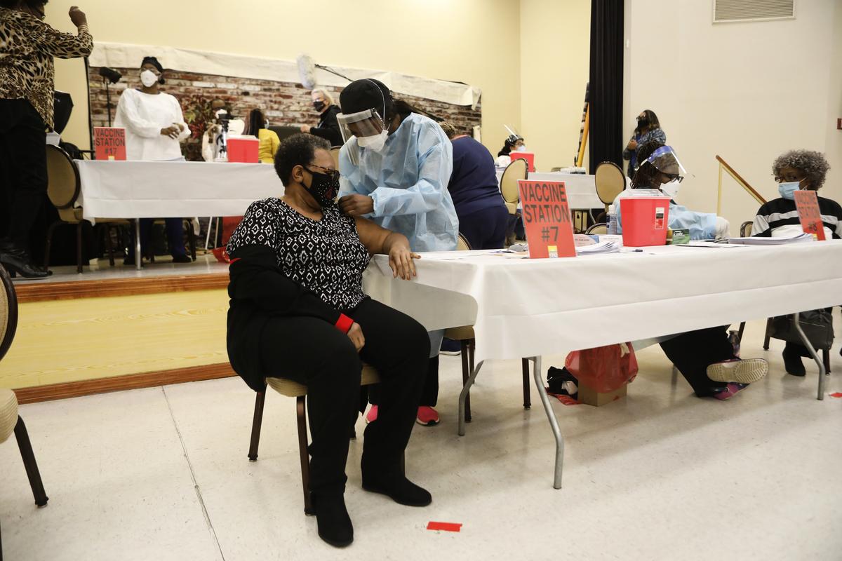 2021年1月10日,佛羅里達州坦帕市,醫護人員在為65歲以上的居民注射中共病毒(俗稱武漢病毒、新冠病毒、COVID-19)疫苗。(Octavio Jones/Getty Images)