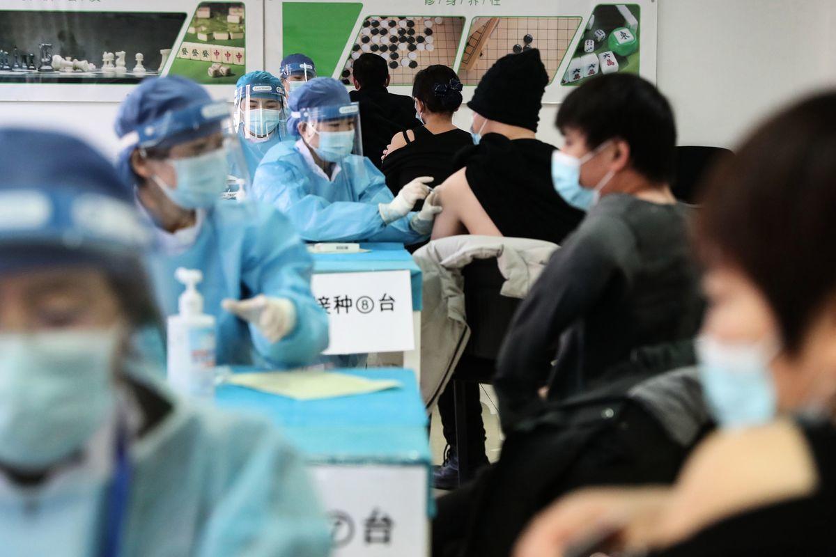 2021年1月8日,人群在北京的臨時疫苗接種中心接種疫苗。 (STR/CNS/AFP via Getty Images)