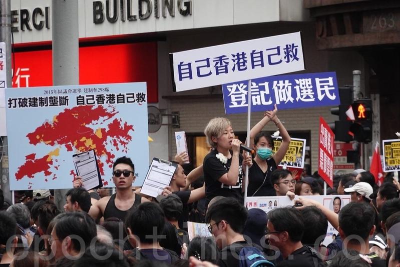 香港2019年11月24日和2020年分別舉行區議會和立法會選舉。圖為早前多個團體沿路設置街站,呼籲市民登記成為選民。(余鋼/大紀元)