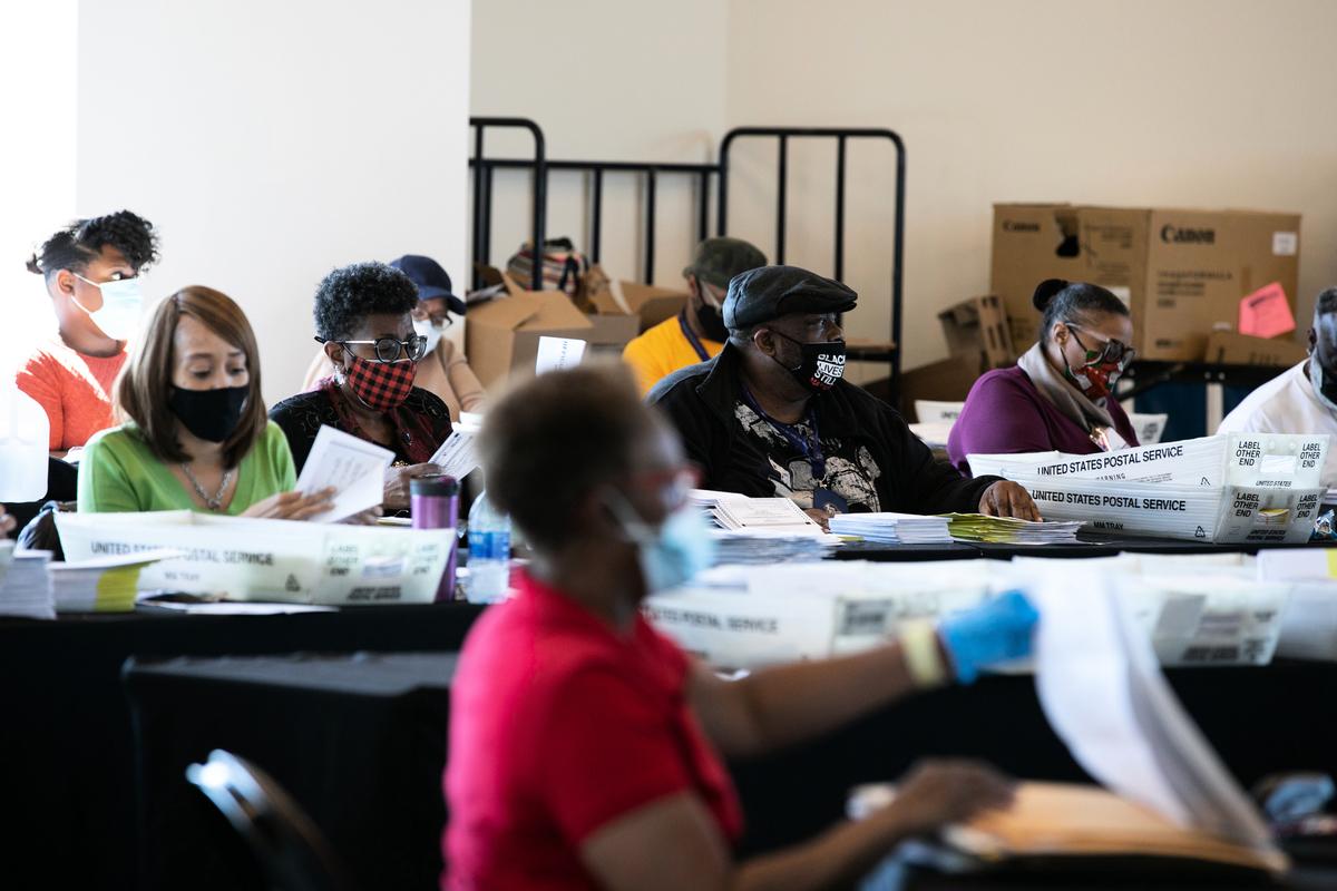 包括佐治亞州在內的4個關鍵搖擺州的計票結果對決定美國總統大選勝選者至關重要。圖為佐治亞州計票現場。(Photo by Jessica McGowan/Getty Images)