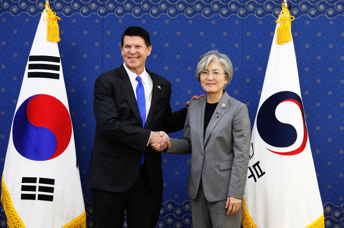 美國國務院次卿克拉奇(Keith Krach)日前向習近平喊話,要求習推倒長城防火牆。圖為克拉奇(左)與南韓外交部長康京和(右)2019年11月6日在首爾會面。(Photo by HEO RAN / POOL / AFP)