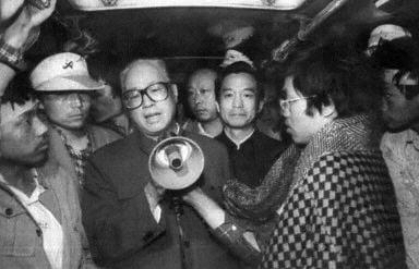 圖為1989年5月19日趙紫陽(拿喇叭者)到天安門廣場看望絕食學生,此後,趙紫陽就失去權力。(法新社)