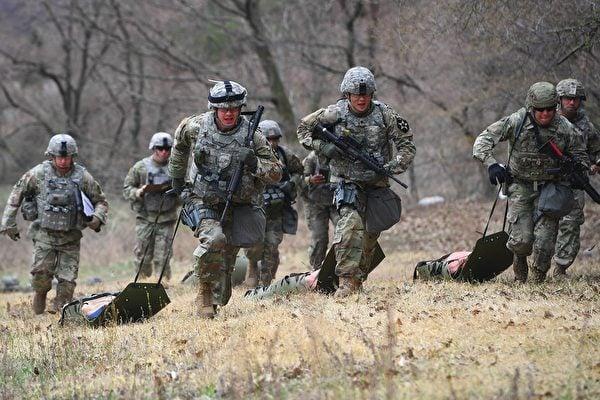 美國駐韓美軍基地凱西營地於12月26日晚上意外響起警報聲,引發虛驚一場。圖為2018年4月10日,該基地士兵在進行訓練。(JUNG YEON-JE/AFP via Getty Images)