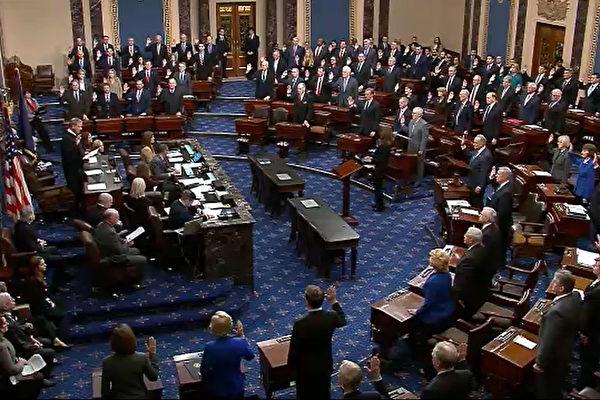 圖為美國國會參議員在2020年1月29日、30日兩天就彈劾總統特朗普案進行約16個小時的提問,圖為彈劾審訊現場。(Senate Television via Getty Images)