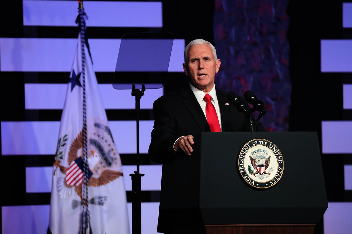 美國副總統彭斯周五(2月1日)在佛羅里達邁阿密與委內瑞拉流亡人士及僑領舉行圓桌會談,並在伊格萊西亞多拉耶穌禮拜中心(lglesia Doral Jesus Worship Center)發表講話。(Joe Raedle/Getty Images)