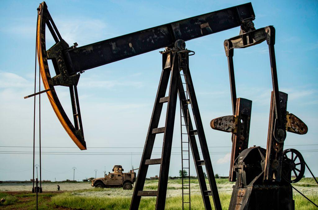 全球基準、布蘭特原油期貨價格周五(6月5日)創3月初以來最高水平,首次突破每桶42美元。本周,布蘭特原油期貨價格上漲逾18%。(DELIL SOULEIMAN/AFP via Getty Images)