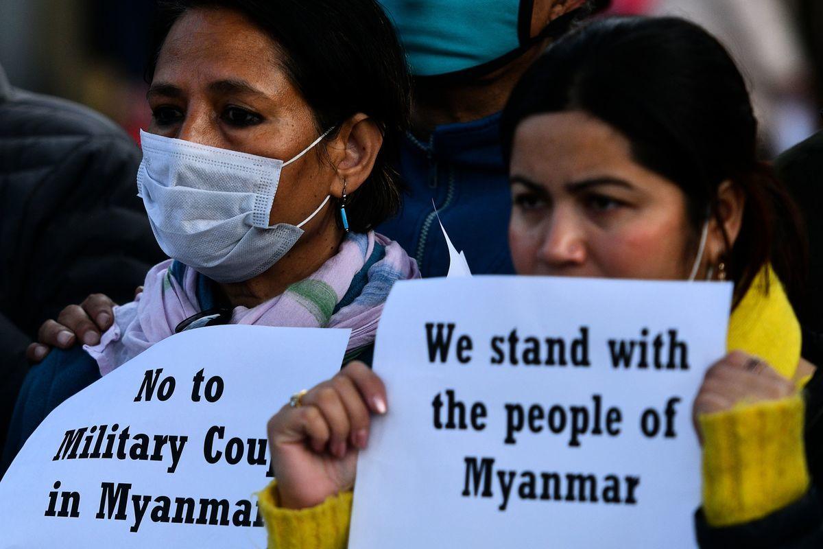 2021年2月1日,在緬甸軍方拘捕該國領袖昂山素姬(Aung San Suu Kyi)和其黨內多名高層官員後,來自民間社會的抗議者手持標語牌在加德滿都進行抗議活動。(PRAKASH MATHEMA/AFP via Getty Images)