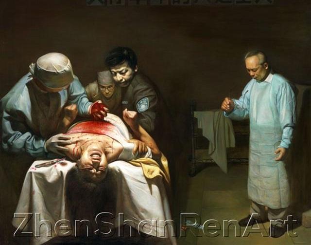 這幅油畫展現了活摘器官的現場,裏面有正遭到活摘器官的法輪功學員以及犯下滔天大罪的人們。(油畫:《蘇家屯的罪惡》『《Organ Harvesting》』董錫強,油畫,170x130cm,2007)
