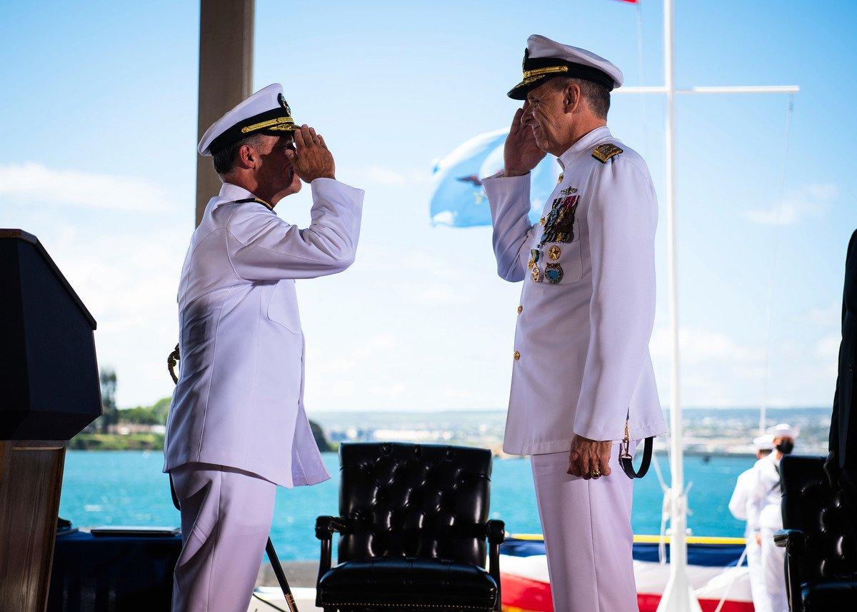 周五(4月30日),美國海軍上將約翰.阿奎利諾(John Aquilino,左)接替戴維森(Phil Davidson,右)上將出任美國印太司令部司令。(U.S. Navy photo by Mass Communication Specialist 2nd Class Anthony J. Rivera)