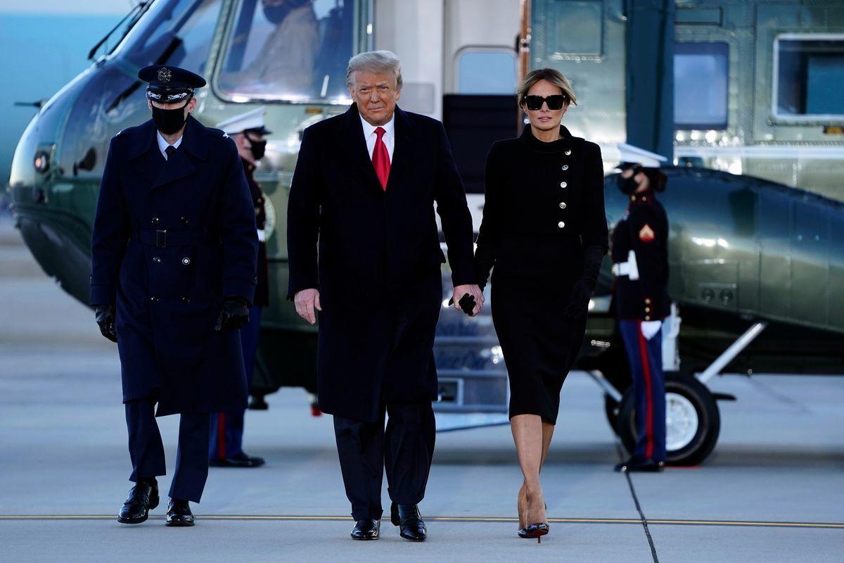 2021年1月20日,美國馬里蘭州安德魯斯空軍基地(Joint Base Andrews),總統特朗普與第一夫人梅拉尼婭搭乘海軍陸戰隊一號直升機(Marine One)抵達離任儀式現場。(ALEX EDELMAN/AFP via Getty Images)