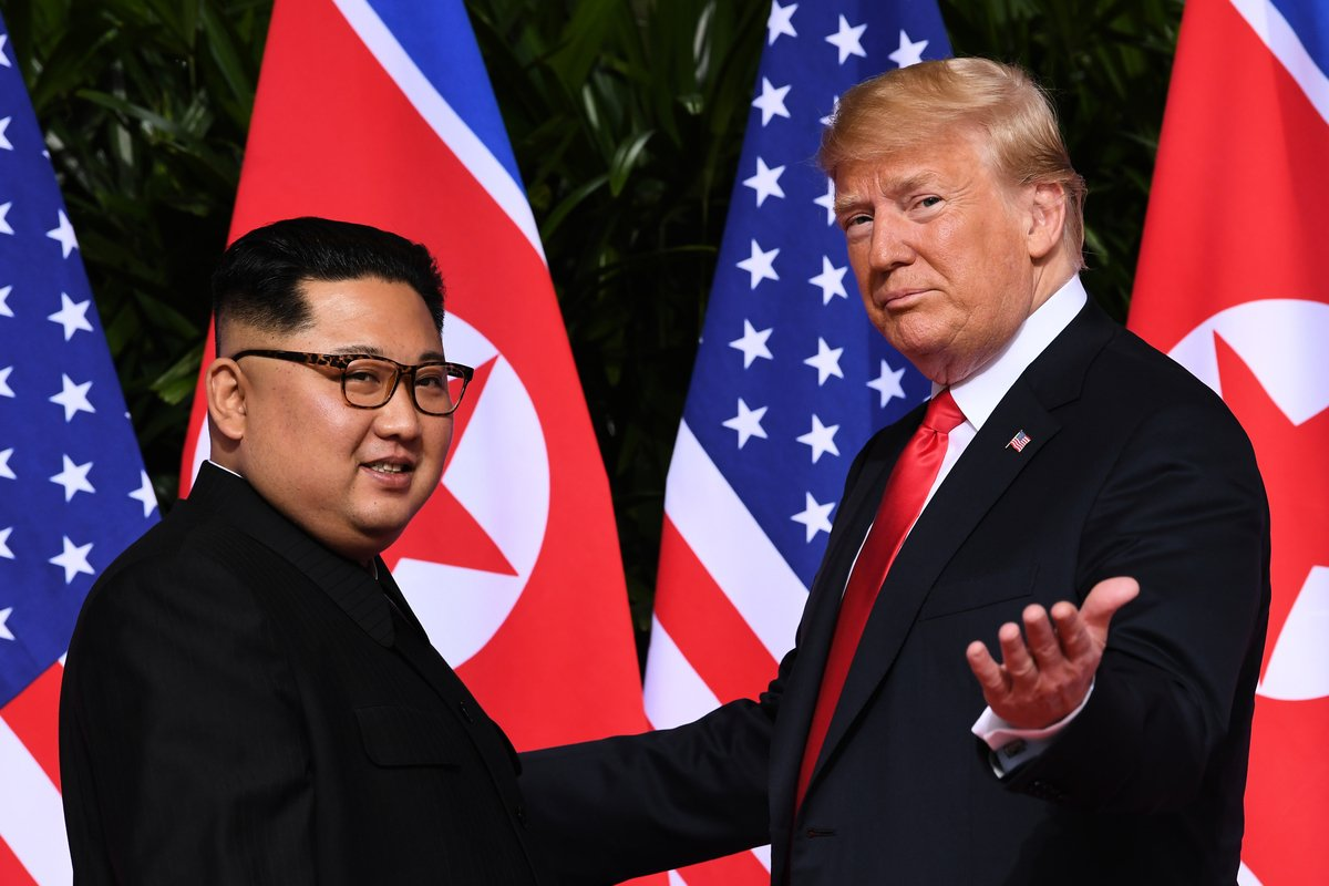 周五(1月18日),美國總統特朗普在白宮接見北韓特使。隨後白宮宣佈,第二次特金會將於2月底舉辦。圖為去年6月,特朗普和金正恩合照。(SAUL LOEB / AFP)