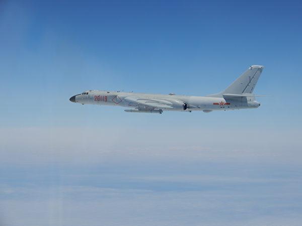 中共的H-6轟炸機機腹較窄,內置彈倉不得不讓位於油箱以支持較遠航程,外掛載彈量較小。(台灣國防部)
