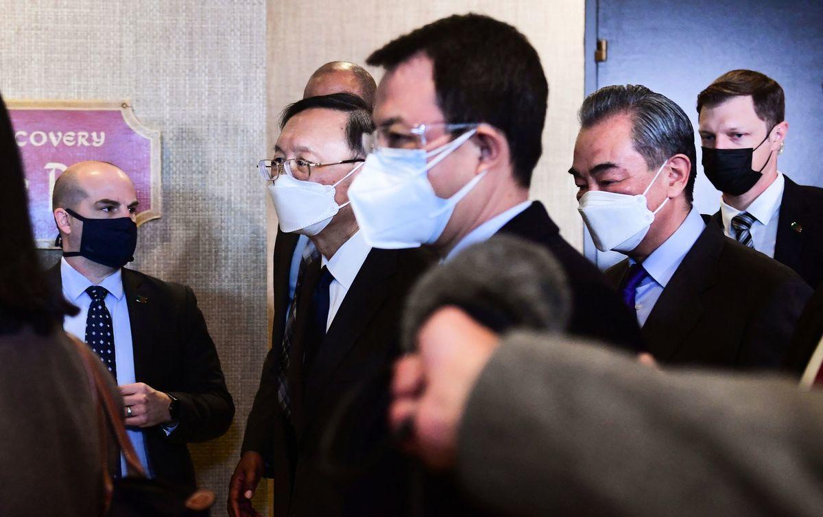 2021年3月19日,中共外事委員會辦公室主任楊潔篪(左二)和中共外長王毅(右二)在中美會談結束後,離開會議室。(Frederic J. Brown/POOL/AFP via Getty Images)