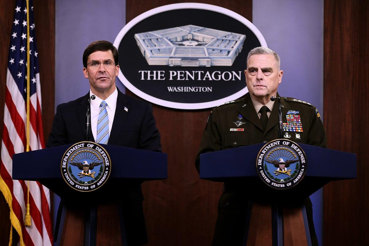 陸軍上將馬克・米爾利(Mark A. Milley,圖右)及國防部長馬克・埃斯珀(Mark Esper,圖左)。(Chip Somodevilla/Getty Images)