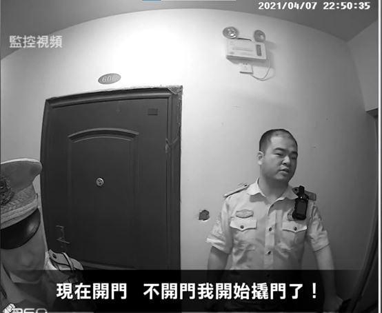 2021年4月7日晚,威脅開門的警察——瓊海車站派出所值班所長。(明慧網)