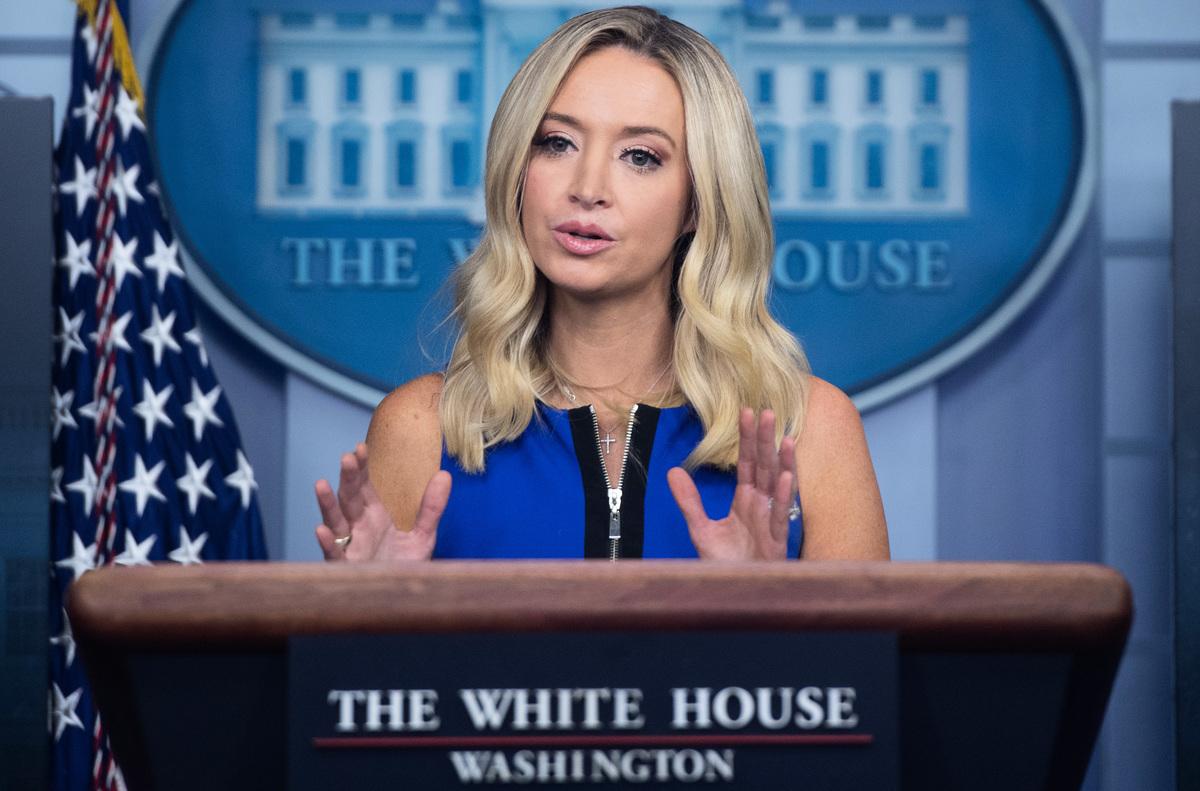 白宮新聞發言人凱利·麥肯納尼(Kayleigh McEnany)12月15日表示,特朗普總統不會放棄法律挑戰。圖為麥肯納尼資料照。(Photo by SAUL LOEB / AFP)