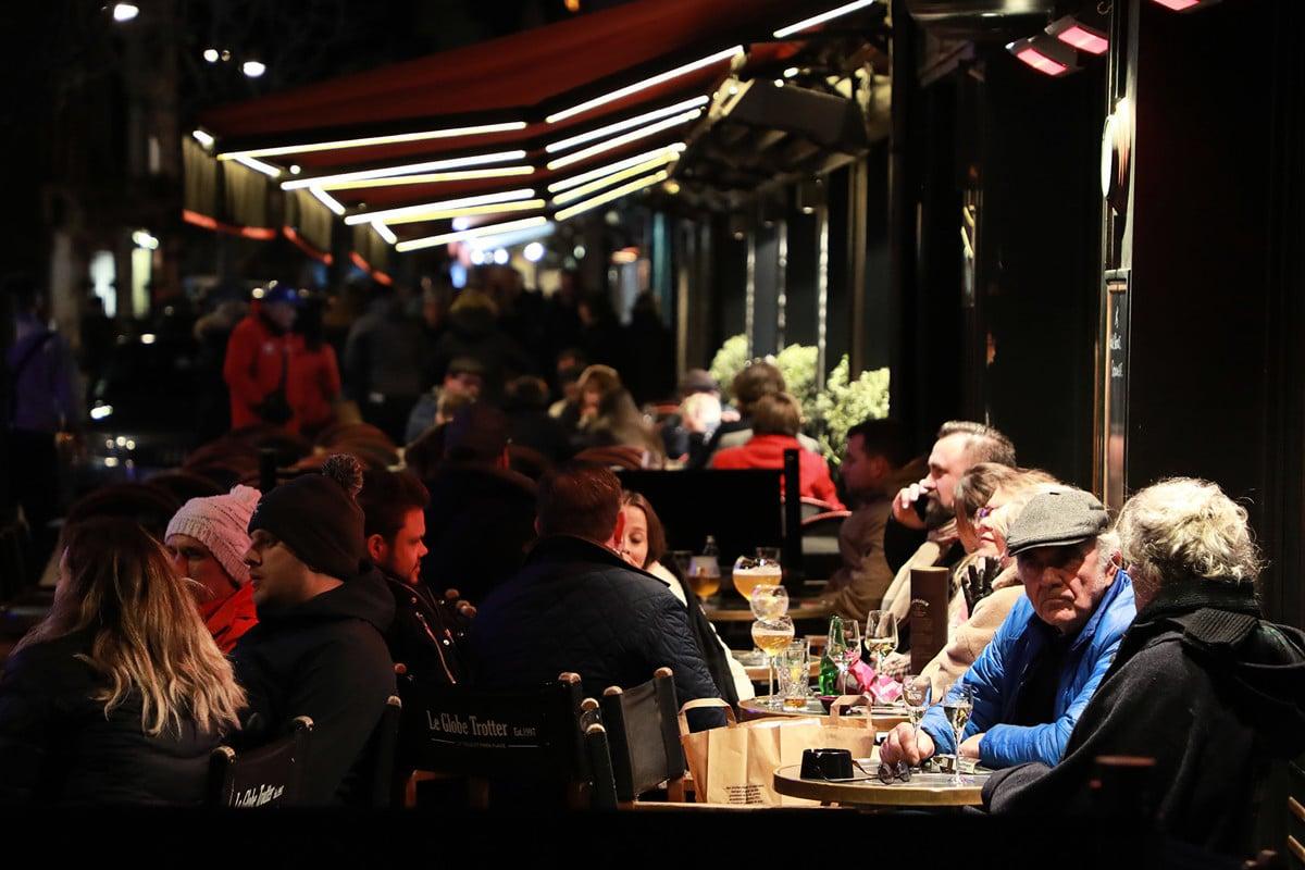 2020年3月14日晚,法國人聚集在Le Touquet咖啡館享受周末。政府宣佈從當晚午夜開始實行「關門」,此舉旨在遏制武漢肺炎在法國不斷升級。(Ludovic Marin/AFP)