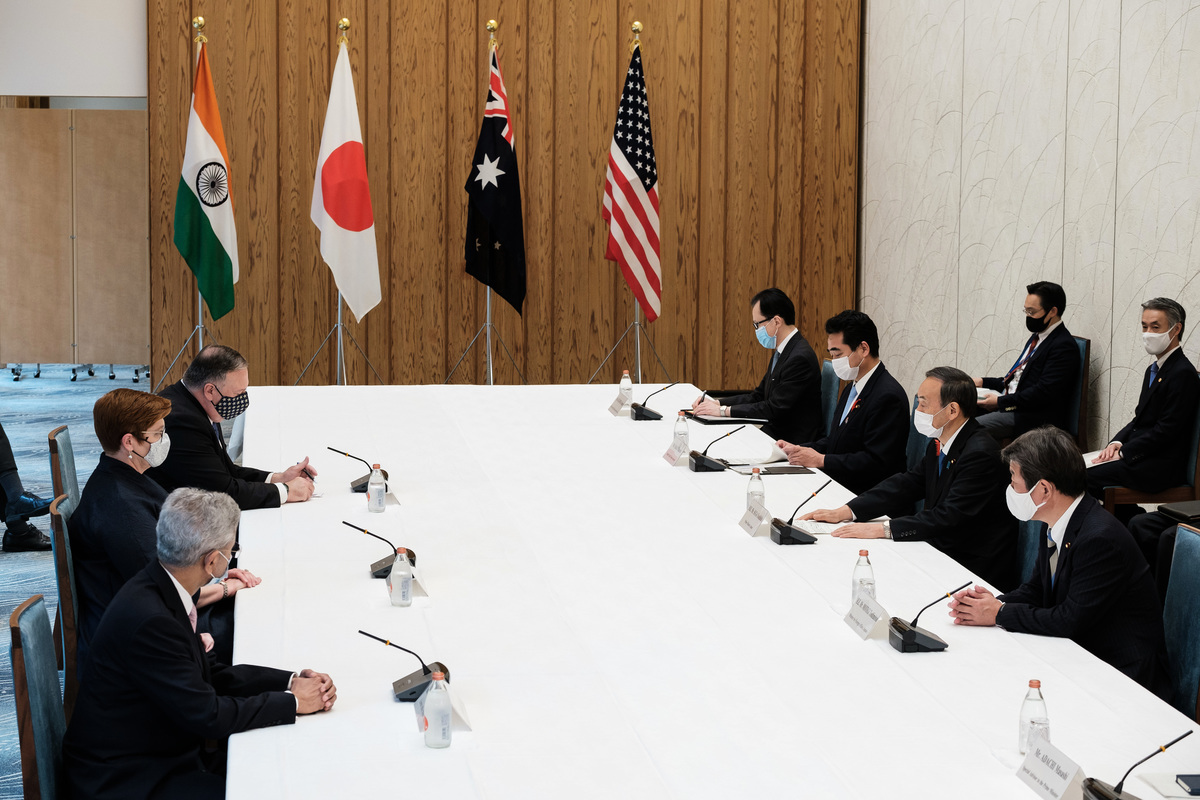 圖為2020年10月6日在東京首相辦公室舉行的四方會談現場。(Nicolas Datiche/AFP)