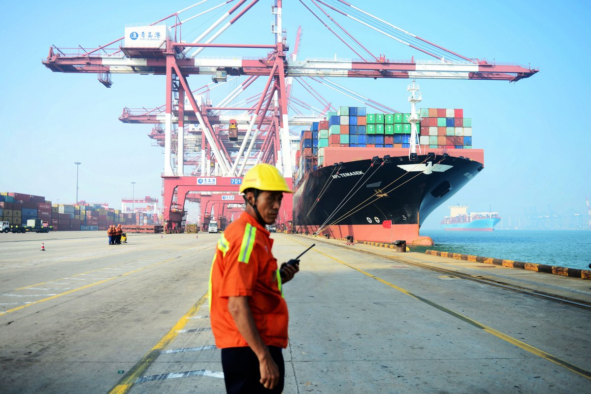 中方對美國一再推遲加關稅期限並不領情,採取拖延戰術,上周末突然要撤回已做的承諾,出爾反爾之舉,促使美國鐵了心,不再容忍北京,發出最後通牒。圖為中國青島港口。(STR/AFP)