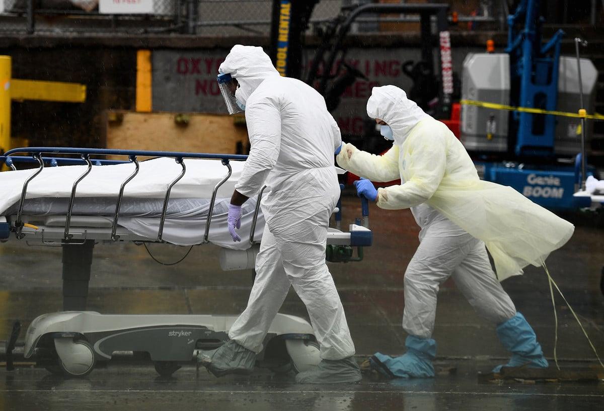 2020年4月9日,紐約市布魯克林醫院中心。醫務人員將死於中共病毒的人轉移到作為臨時停屍房冷藏卡車上。(Angela Weiss/AFP)