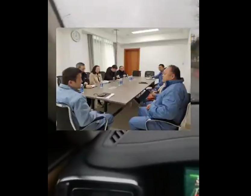 日前,一五毛(右邊人士)的聊天和自拍影片在網上曝光。聊天影片中,該五毛在群裏自曝自己是如何舉報「侮辱烈士」的網民。自拍影片中稱,去年協助政府(中共),已成功舉報6名網民。(影片截圖)