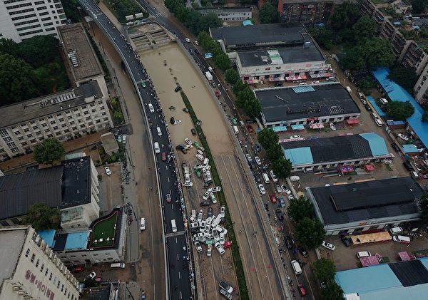 2021年7月22日,河南省鄭州市,洪水稍退去後,可見許多車輛在洪災中受損。(NOEL CELIS/AFP via Getty Images)