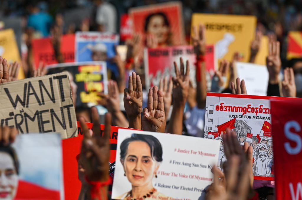 2021年2月16日,緬甸民眾再次上街抗議,要求釋放昂山素姬等人。(Ye Aung THU/AFP)