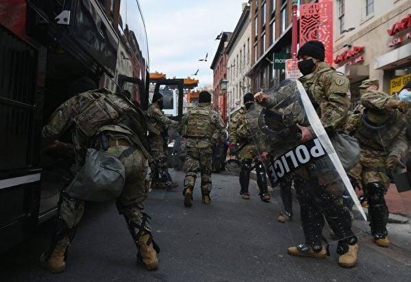 1月19日,華府大街小巷佈滿了國民警衛隊士兵,比行人還多。(ANGELA WEISS/AFP via Getty Images)