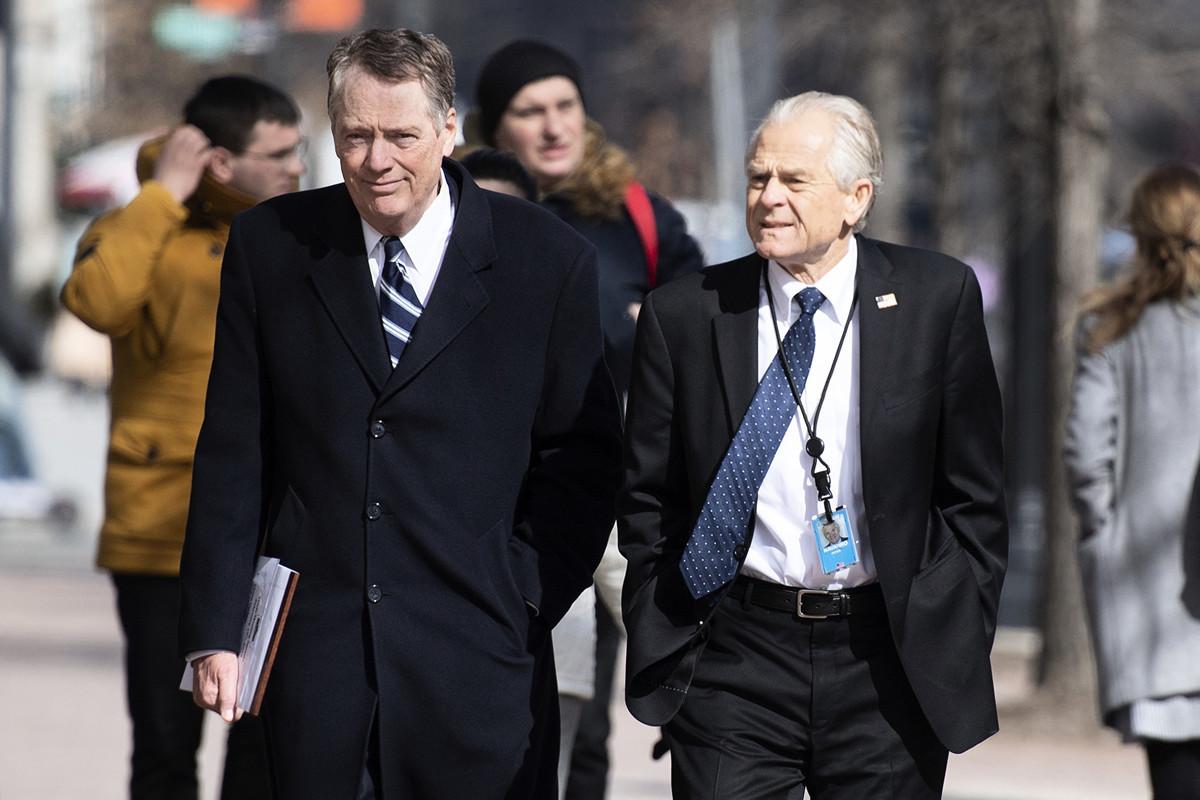 7月2日,白宮貿易與製造業政策辦公室主任彼得‧納瓦羅(PETER NAVARRO)在接受CNBC電視採訪時表示,習特會後,中美貿易談判回到正軌,但談判十分複雜。圖為萊特希澤(左)和納瓦羅(右)。(Jim WATSON / AFP) (Photo credit should read JIM WATSON/AFP/Getty Images)