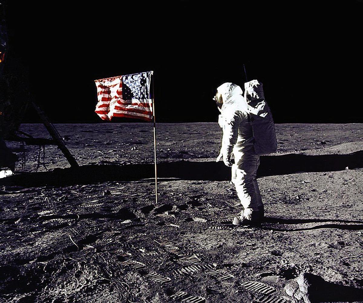 """諾基亞2020年10月19日表示,其貝爾實驗室將為NASA建立一個4G通信系統,於2022年底建成,2024年部署到月球。圖為1969年7月20日,美國太空人小埃德溫·E·巴斯·奧爾德林(Edwin E. """"Buzz"""" Aldrin, Jr.)在月球上向美國國旗敬禮。(NASA/AFP/Getty Images)"""