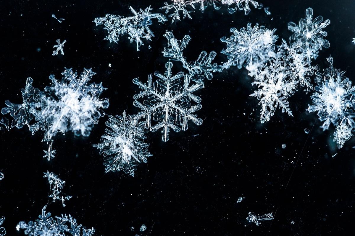 網上短片呈現雪花融化的逆轉過程,令人心曠神怡。此為一些雪花的近照,與本文無關。(Shutterstock)
