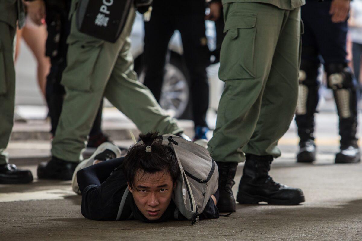 2020年7月1日,香港國安法生效的第一天,防暴警察逮捕了反對新國安法的抗議人士。(Dale de la Rey/AFP via Getty Images)