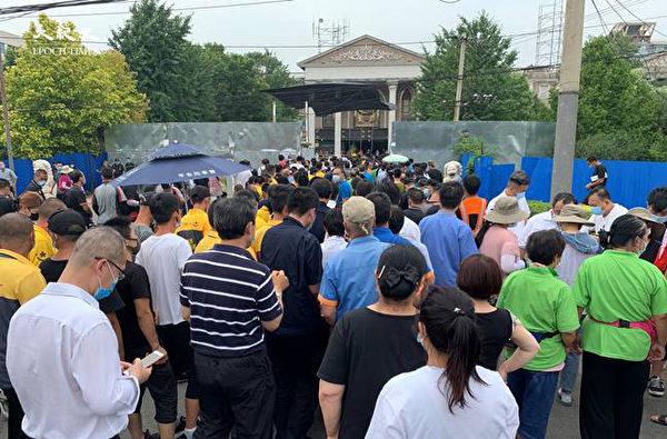 6月22日下午3點,北京海澱四季青鎮,核酸檢測處擁擠的人群。(大紀元)