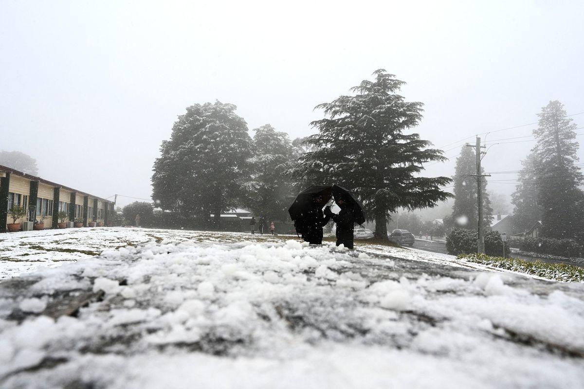 圖為6月10日,藍山卡圖巴(Katoomba)地區迎來2021年的第一場雪。(SAEED KHAN/AFP via Getty Images)