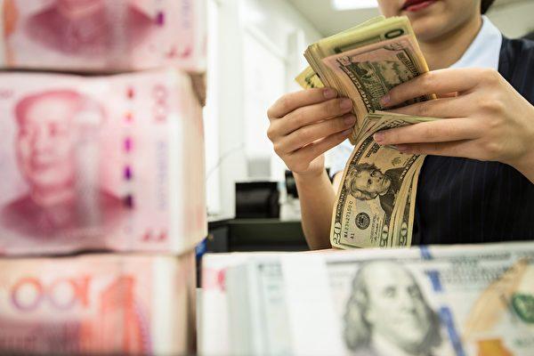 人民幣兌美元在岸價25日跌下7.1。(STR/AFP via Getty Images)