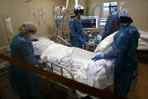2020年6月18日,智利聖地牙哥的醫療隊在一家軍事醫院照顧COVID-19患者。(Marcelo Hernandez/Getty Images)
