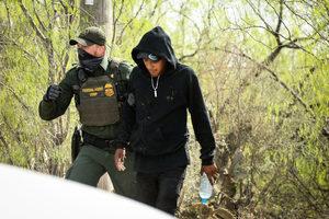 前美CBP局長:3月非法越境者激增至15萬