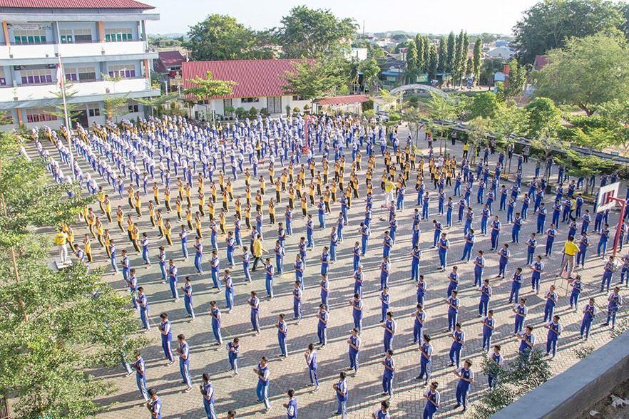 八百名印尼巴淡島中學師生 學煉法輪功