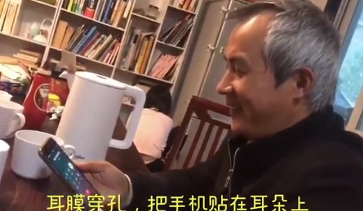 李和平與剛出獄的709律師王全璋通話。王全璋表示,自己在監獄裏被弄得耳穿孔,目前屋外樓道裏全是看他的人。(王峭嶺推特影片截圖)