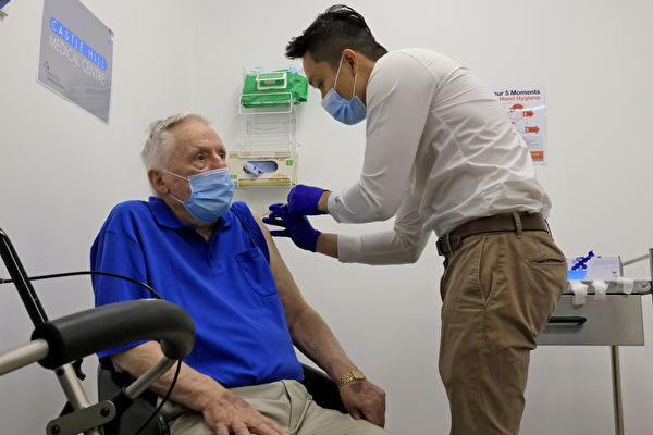 圖為養老院居民John Healy在Castle Hill Medical Centre接種輝瑞疫苗。(Mark Evans/Getty Images)