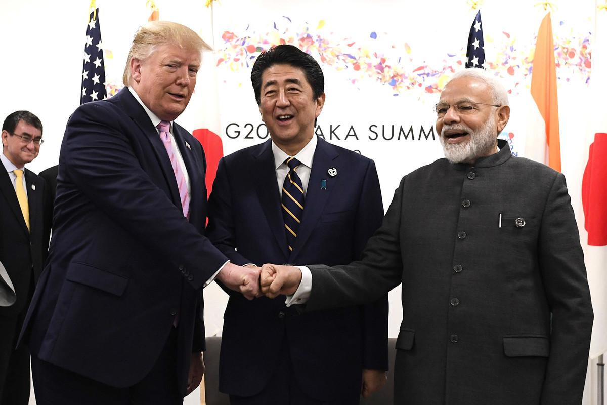 2019年6月28日,美國總統特朗普在G20峰會的第一天表示,貿易是他參加本次峰會的首要任務。圖為特朗普當天與日本首相安倍晉三、印度總理莫迪合照。(Carl Court/Getty Images)