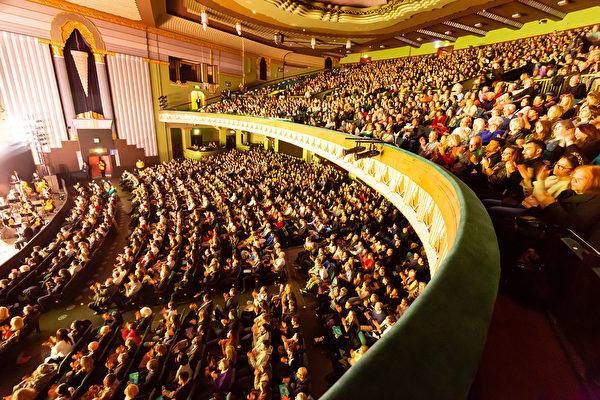 2020年1月19日,神韻國際藝術團在倫敦Eventim Apollo劇院進行了第四場演出,場內座無虛席。(羅元/大紀元)