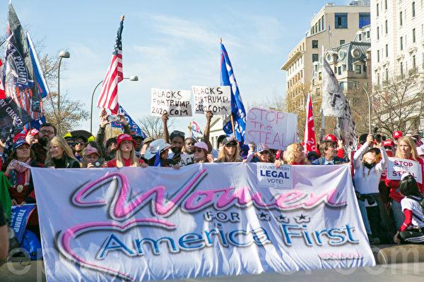 2020年11月14日,在華盛頓DC,民眾持橫幅、展板和旗幟參加制止竊選(Stop the Steal)大遊行和集會。(李莎/大紀元)