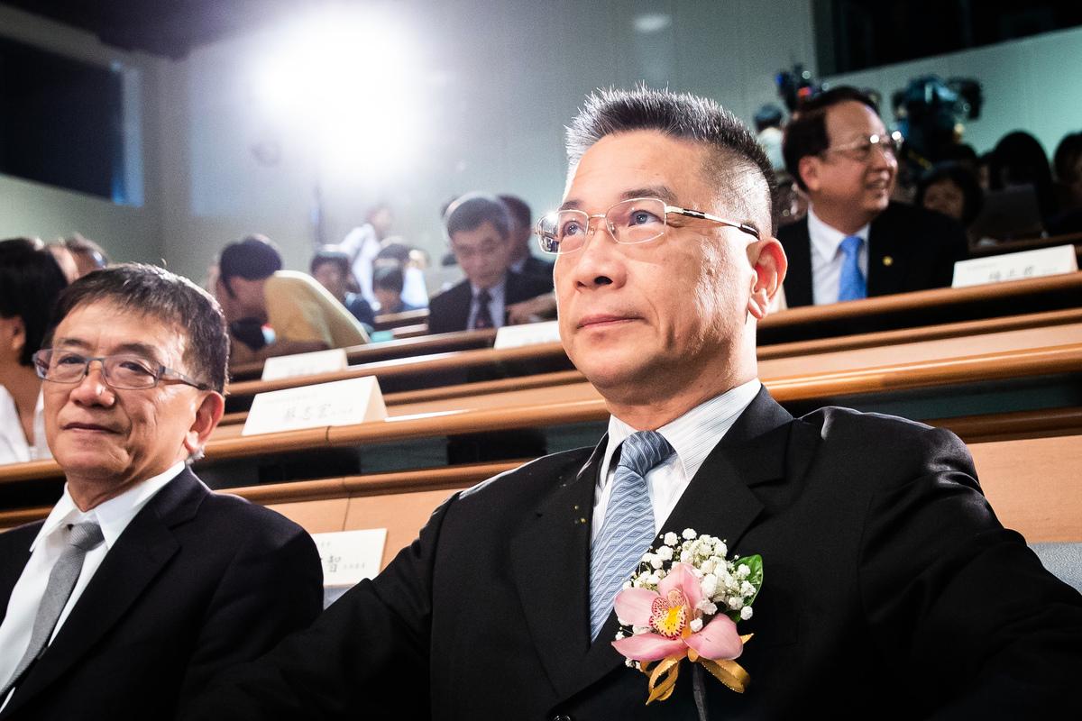 內政部長徐國勇(右)1日表示,放寬陸配探親資格是基於保障人權,台灣也必須協助維持她們的親情。(陳柏州/大紀元)