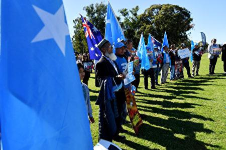 2021年3月15日,抗議者在澳洲坎培拉的國會大廈外,參加維吾爾族社區的遊行。(Sam Mooy/Getty Images)
